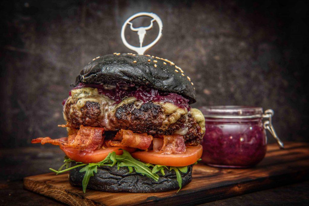 Burger mit Gorgonzola und Blaubeeren-Feigen Chutney