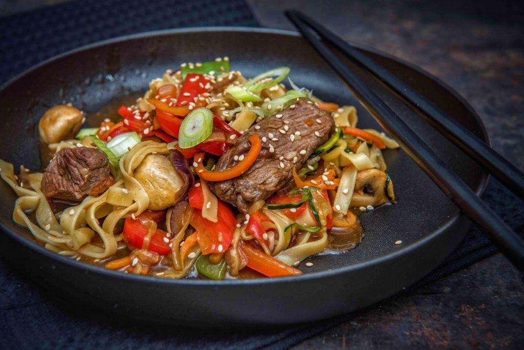 Wok-Gemüse mit Nudeln & Steakstreifen